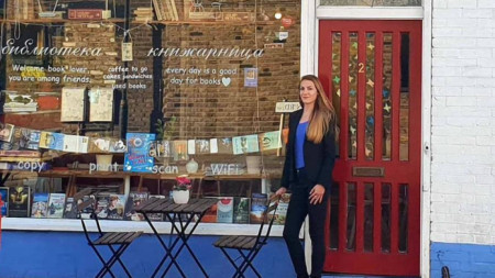 Елина Стоянова пред книжарницата