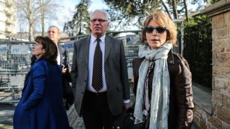 Докладчикът на ООН за екзекуциите Анес Каламар стои до бариерите на саудитското консулство в Истанбул, където не бе допусната.