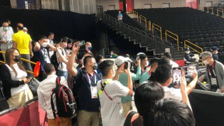 Журналисти снимат баскетболните звезди.