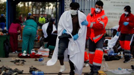 Здравни работници се грижат за мигранти в испанския анклав Мелия в Северна Африка.