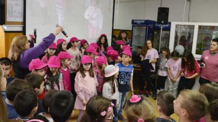 Деца от разградско училище отбелязват деня на розовата фланелка. Февруари, 2016 г.