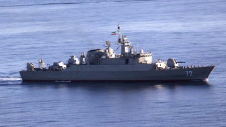 Ирански кораб по време на учения в Оманския залив.