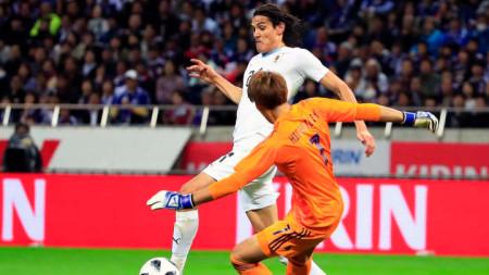 Единсон Кавани преодолява вратаря на Япония Хигашигучи.