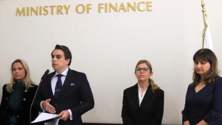 Служебният министър на финансите Асен Василев представи своя екип. На длъжността заместник-министър на финансите са назначени Ваня Стойнева, Виолета Лорер и Моника Димитрова-Бийчър.