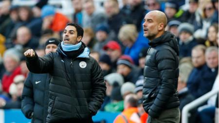 Микел Артета (вляво) е фаворит за поста в Арсенал.