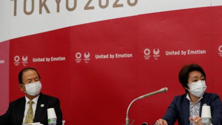 Председателят на организационния комитет на Олимпийските игри в Токио 2020 Сейко Хашимото (от дясно) и изпълнителният директор Тоширо Муто на пресконференция в Токио, 23 юни 2021 г.