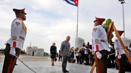 Принц Чарлз и съпругата му Камила поднесоха цветя на паметника на Хосе Марти на Площада на Революцията в Хавана.