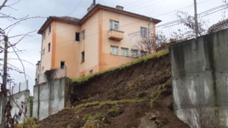 Срутилата се на 4 януари стена в центъра на кюстендилското с.Пороминово още не се укрепва