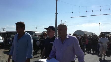 Валери Стефанов (вляво) при пристигането си в завода