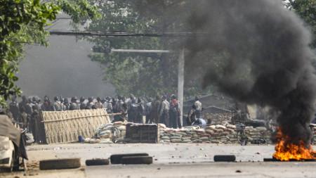 Силите за сигурност пристигат, за да разпръснат демонстрантите по време на протест срещу военния преврат, покрайнините на Янгон, Мианма, 14 март 2021 г.