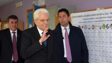 Италианският президент Серджо Матарела пристига за гласуване на европейските избори в секция в Палермо.