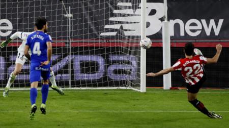 Раул Гарсия от Атлетик бележи за 1:1 срещу Хетафе.