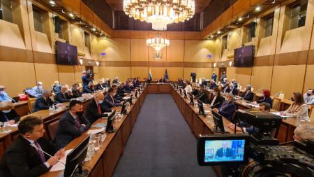 """В резиденция """"Бояна"""" президентът Румен Радев е домакин на кръгла маса на тема """"Мерки за решаване на проблема с високата цена на електроенергията и природния газ. Подготовка на позиция на България пред ЕС""""."""
