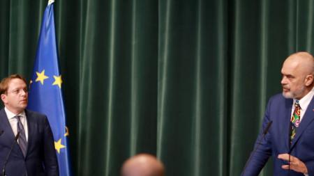 Европейският комисар по разширяването Оливер Вархеи по време на пресконференция с премиера на Албания Еди Рама в Тирана, 7 октомври 2020 г.