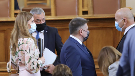 Депутатите са с маски, но не спазват дистанция от два метра.