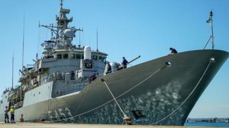 """Гръцка фрегата преди отплаването ѝ за участие в операция """"Ирини"""" по-рано този месец."""