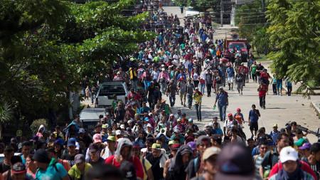 Колона от мигранти от Централна Америка върви към САЩ.
