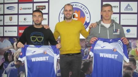 Младенов (вляво) и Кнежевич (вдясно) позират с екипа на Етър.