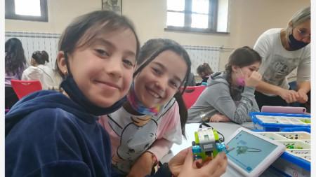 Зара и Ванеса, 3 клас, урок по легоритъм, СУ