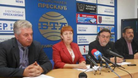 Професорите Венка Кутева и Мирослав Гълъбов не оттеглиха кандидатурите си за ректор на Великотърновския университет, но призоваха за бойкот на избора.