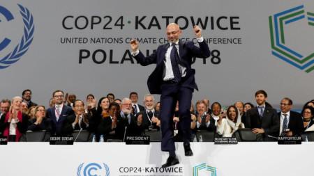 Полският председателстващ преговорите на климатичната конференция на ООН в Катовице Михал Куртика реагира след постигането на консенсус.