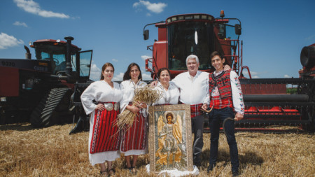 Владимир Бонев заедно със семейството си по време на откриването на жътвената кампания.