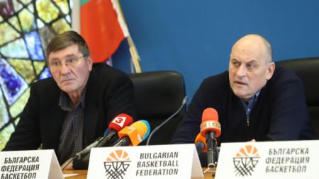 Президентът на БФБ Георги Глушков и селекционерът Росен Барчовски по време на пресконференцията.