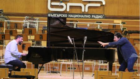 "Деян Илиич и диригентът на ""Аларма Пънк Джаз"" Цветан Цветанов."