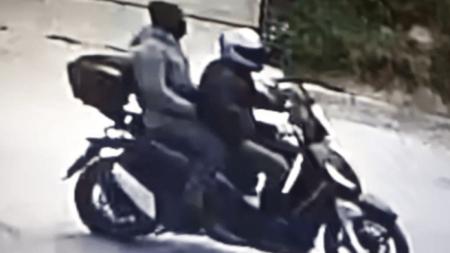 Кадър от камера за наблюдение на трафика, заснела убийството и двамата извършители.