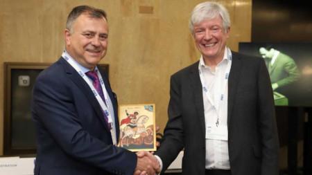 Генералният директор на БНР Александър Велев връчи икона на Свети Георги Победоносец на лорд Тони Хол в рамките на 25-ата Радиоасамблея на EBU в София.