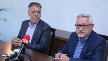 Двамата съпредседатели на българо-македонската комисия проф. Ангел Димитров (вдясно) и проф. Драги Георгиев дадоха брифинг за журналисти.