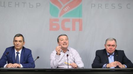Драгомир Стойнев (в средата)
