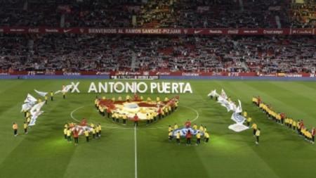 Севиля победи Шалке в памет на Антонио Пуерта