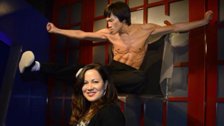 Шанън Лий позира до восъчната фигура на баща си в музея на Мадам Тюсо в Холивуд.