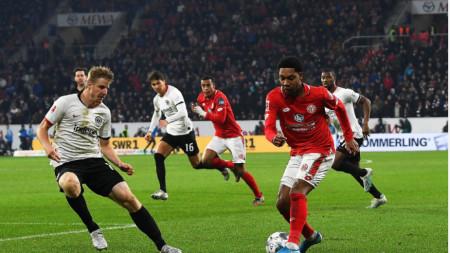 Футболистите на Майнц (в червени фланелки) спечелиха с 2:1 срещу Айнтрахт.