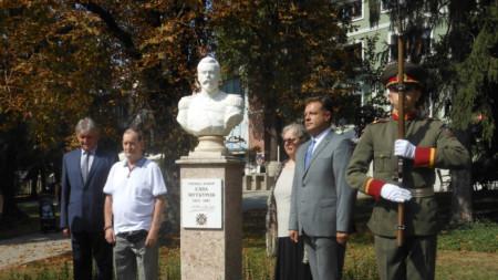 """60 години скулптурата е съхранявана в гаража на семейството, след като е била демонтирана след вандалско поругаване на гроба на генерал Муткуров в софийската църква """"Свети Спас"""""""