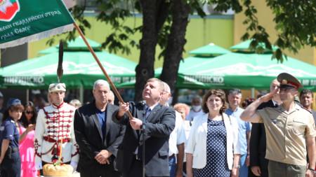 """""""Носете гвардейското знаме с чест и предайте патриотизма на приятелите си"""", каза министър Каракачанов в обръщението си към младите гвардейци от Десетия ученически гвардейски отряд."""