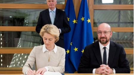 Урсула фон дер Лайен подписа сделката с Шарл Мишел. Зад тях е главният преговарящ на ЕС за Брекзит Мишел Барние.