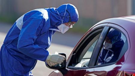 Военен лекар прави тест на шофьор на автомобил в Германия, 25 март 2020 г.