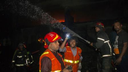 Пожарът обхванал исторически район в центъра на Дака.