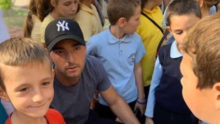 Кузманов с децата от 49-о ОУ