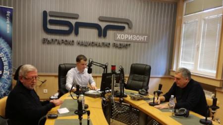 """Доц. Григорий Вазов (вляво) и Ивайло Калфин в студиото на """"Неделя 150"""" с водещия Явор Стаматов."""