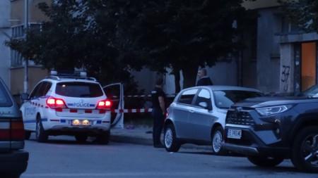 """Блокираният район около тялото на мъжа пред блок бл. 37 на жк. """"Запад"""" в Благоевград."""
