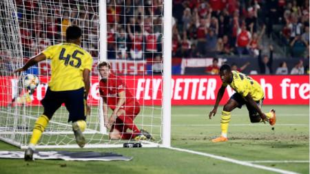 Едуард Нкетиа (вдясно) току-що е отбелязал победния гол за Арсенал.