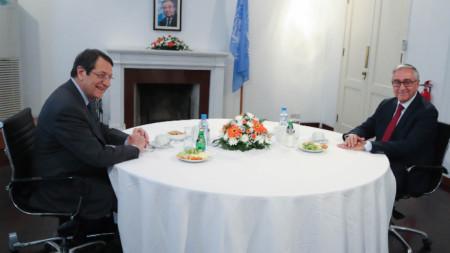 Никос Анастасиадис с Мустафа Акънджъ (вдясно).