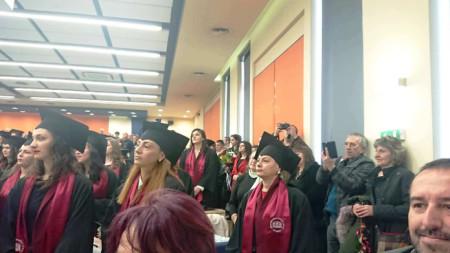 Отличничката на випуск 2019 Анастасия Стефанова, отдясно с бакалавърска шапка