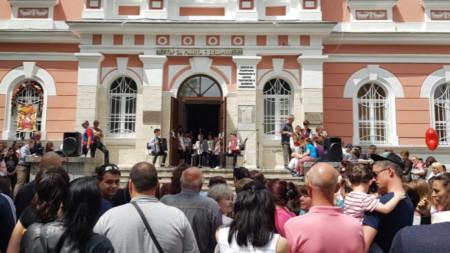 Заниманията се провеждат в залите на Центъра за работа с деца, който се намира в красивата напълно обновена градска градина на Плевен.