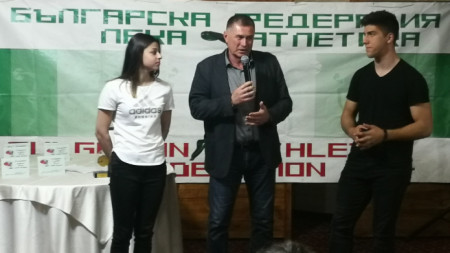 Добромир Карамаринов награди младите звезди на леката ни атлетика Александра Начева и Валентин Андреев.