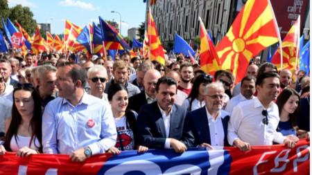 Премиерът Зоран Заев, председателят на парламента Талат Джафери и външния министър Никола Димитров  поведе демонстрацията в Скопие