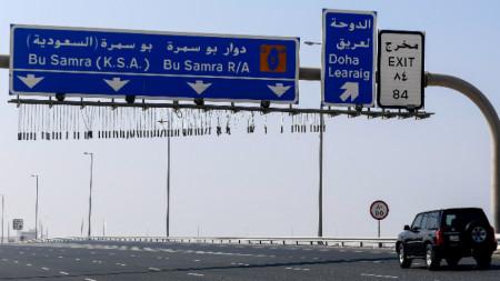 Единствената сухопътна граница на Катар е със Саудитска Арабия.